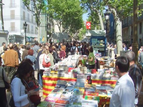 Sant Jordi tornarà a omplir de llibres, roses i gent els carrers de totes les poblacions catalanes.
